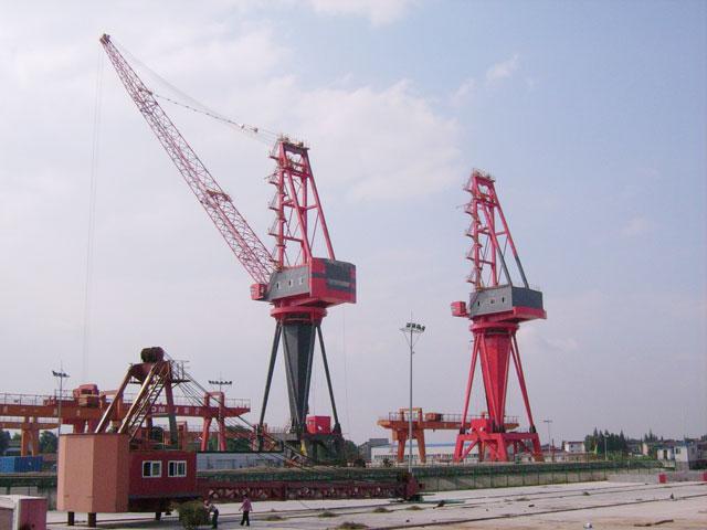 Level luffing jib crane